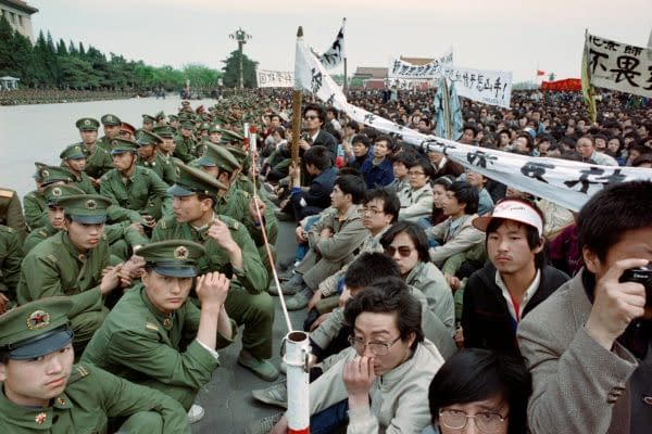 manifestanti pro democrazia e poliziotti