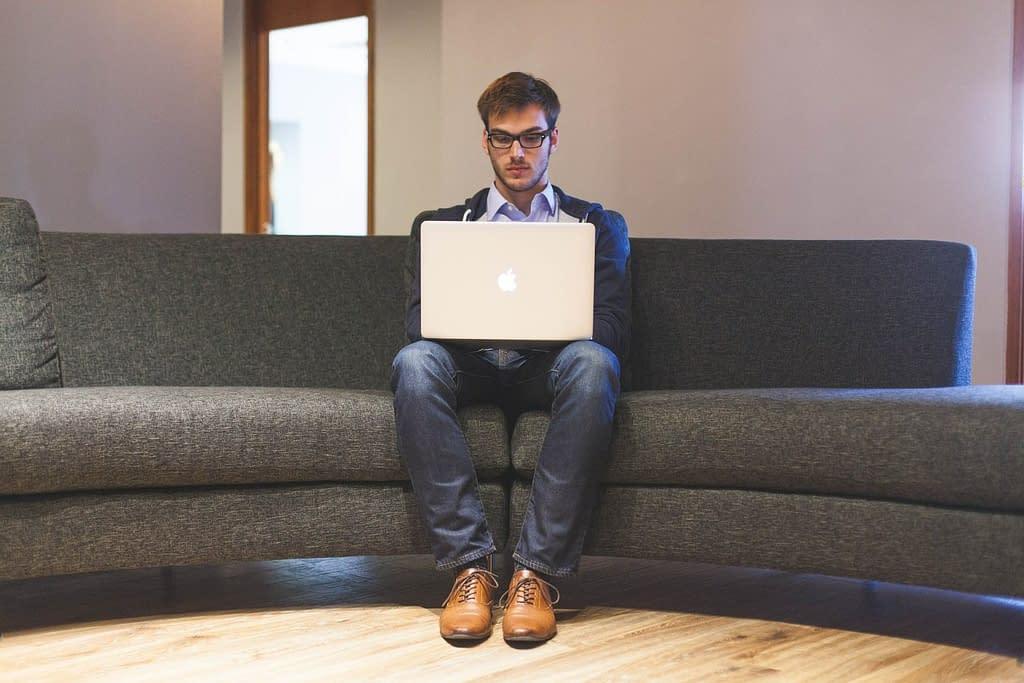 persona divano una buona postura