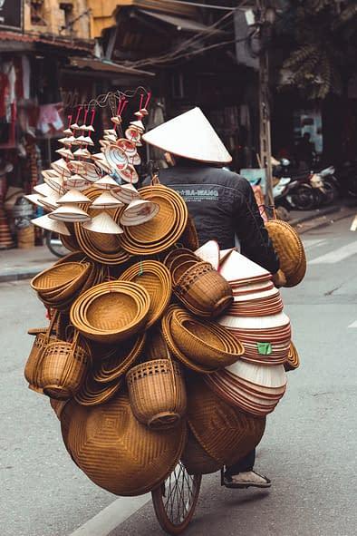 uomo cappelli ceste bicicletta