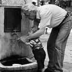nonno nipote bambino fontana