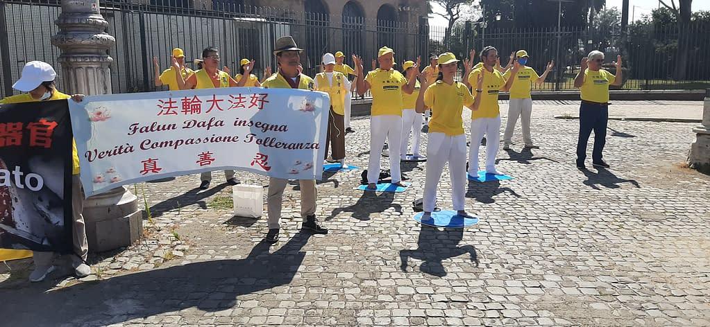 praticanti del Falun Gong - striscione Verità Compassione Tolleranza