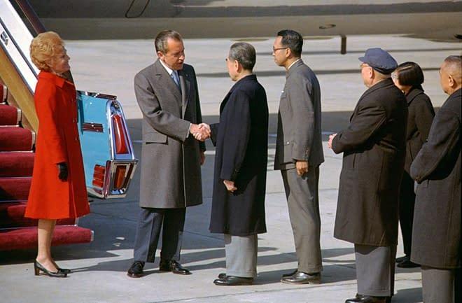 stretta di mano tra Nixon ed Enlai