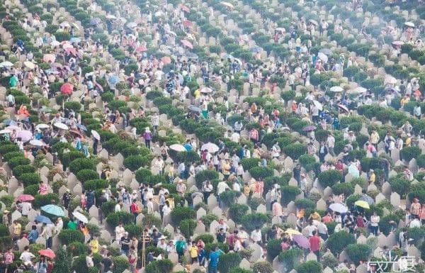 cimiteri pieni di gente
