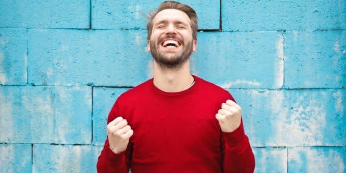 uomo muro ridere salute