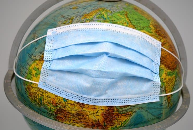 globo terrestre con mascherina