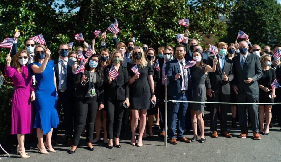 elezioni USA 2020 persone bandierine americane