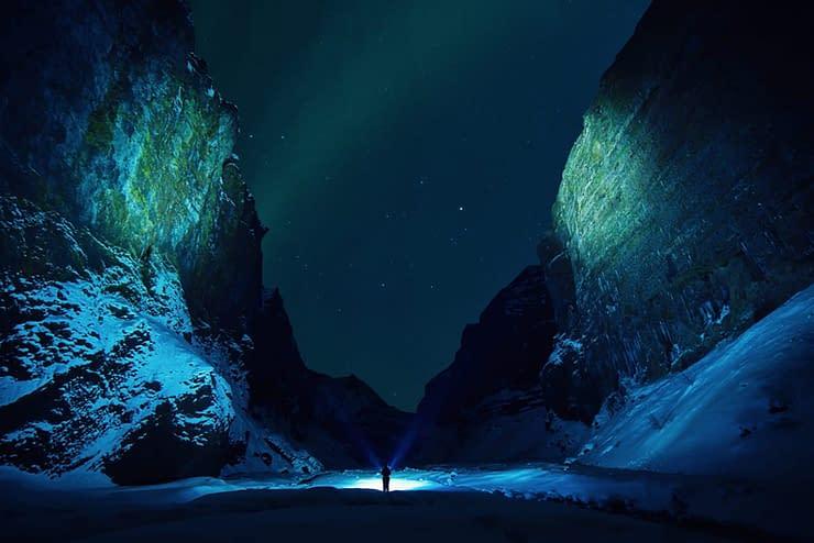 aurora boreale montagne uomo emozioni