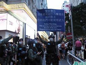 manifestanti pacifici Hong Kong cartello
