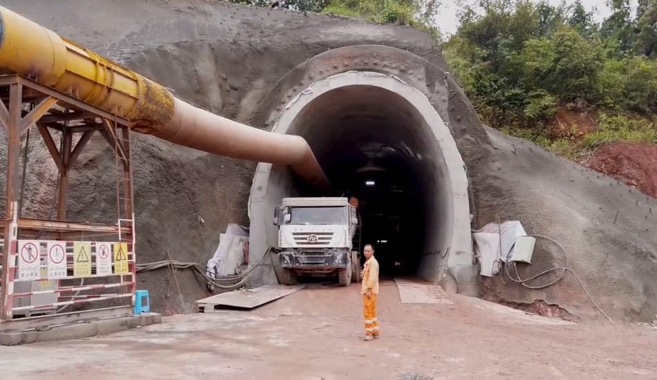 operaio tunnel ferroviario camion
