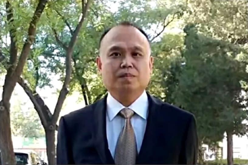 Yu Wensheng in giacca e cravatta