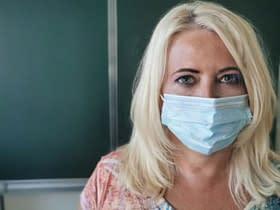 donna maschere facciali ambiente