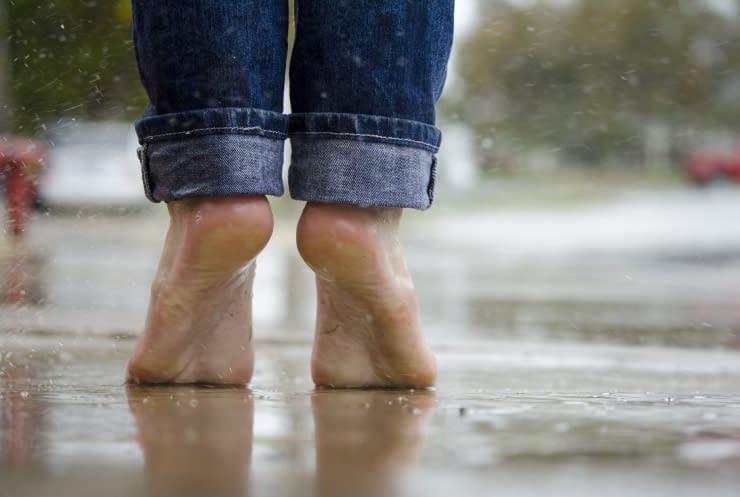 camminare in punta di piedi piedi pavimento