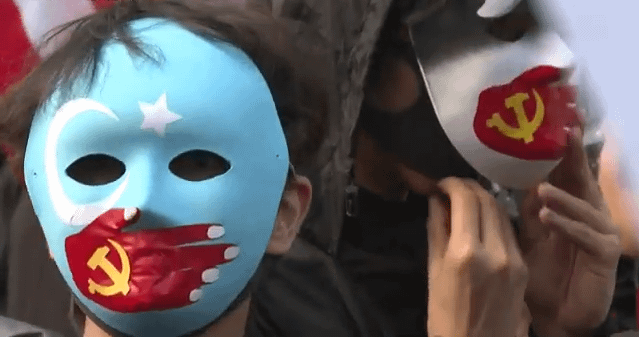 manifestazioni maschera uiguri protesta