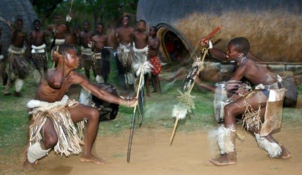 danza Indlamu costumi armi Zulu