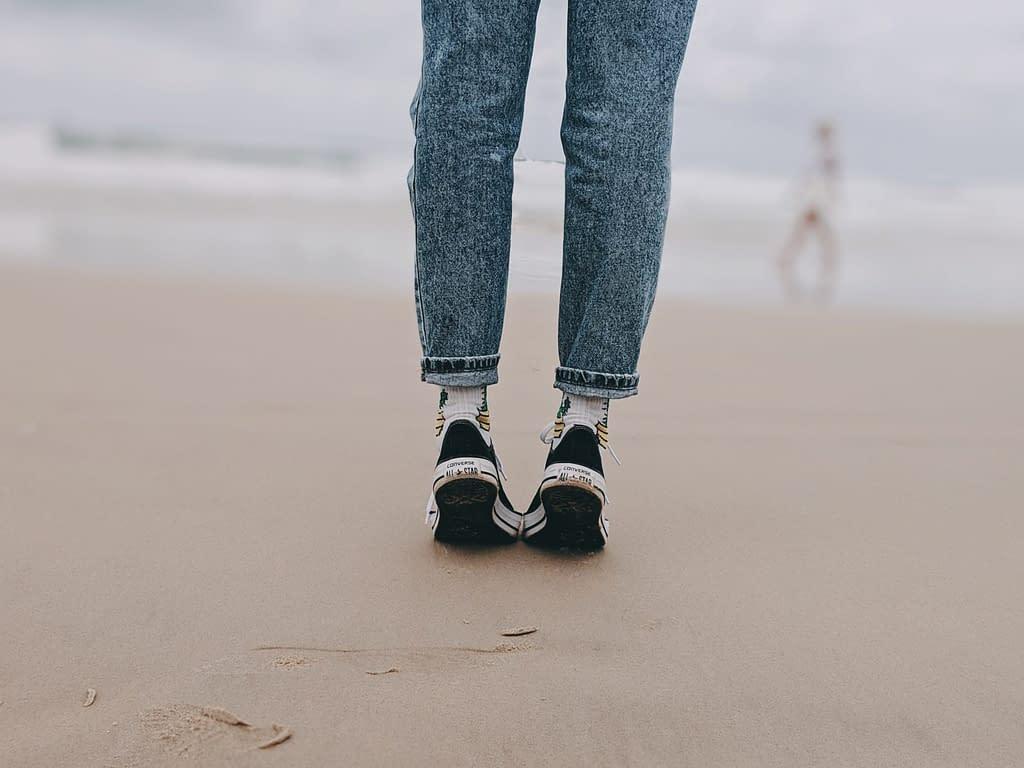 spiaggia camminare in punta di piedi gambe