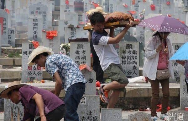 gente che commemora i morti