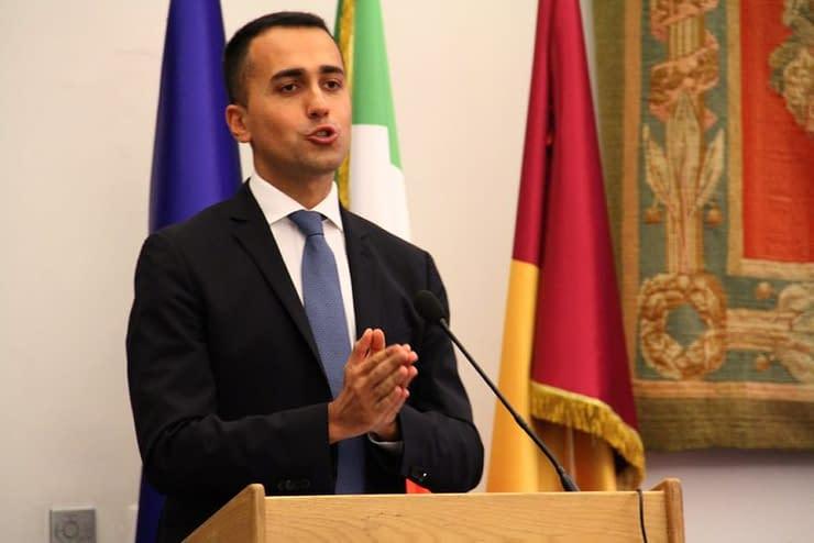 Luigi Di Maio interviene in una conferenza stampa