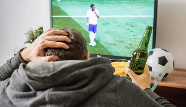 uomo tv partita di calcio