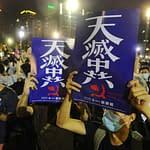 persone cartelli manifestazione Hong Kong gente